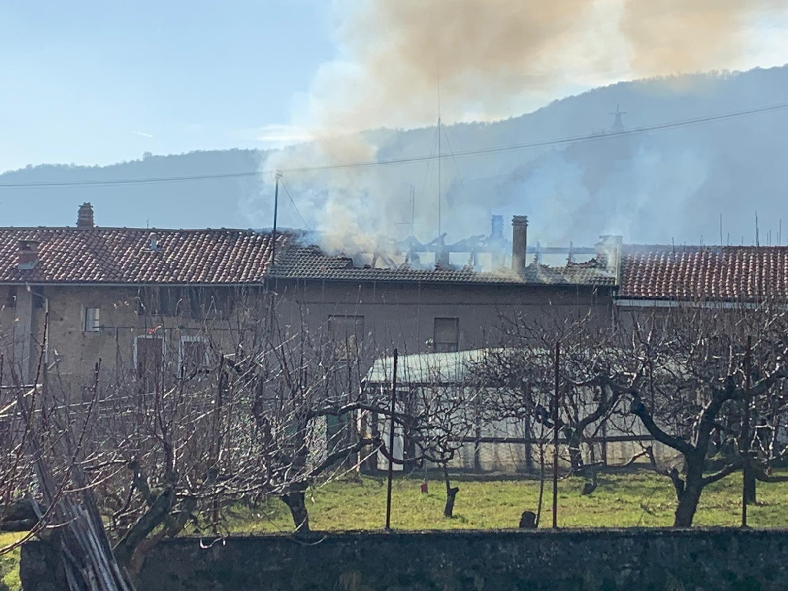 FORNO - Incendio devasta una casa in via Carlo Alberto - FOTO
