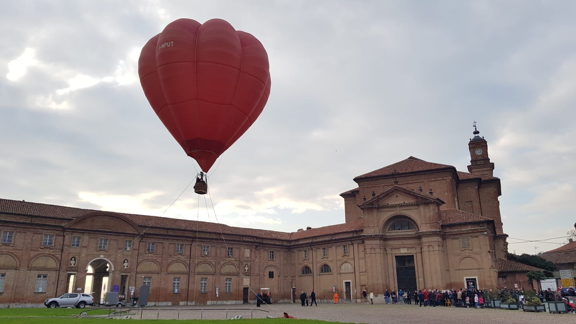 AGLIE' - La mongolfiera di Natale ha colorato piazza Castello - VIDEO