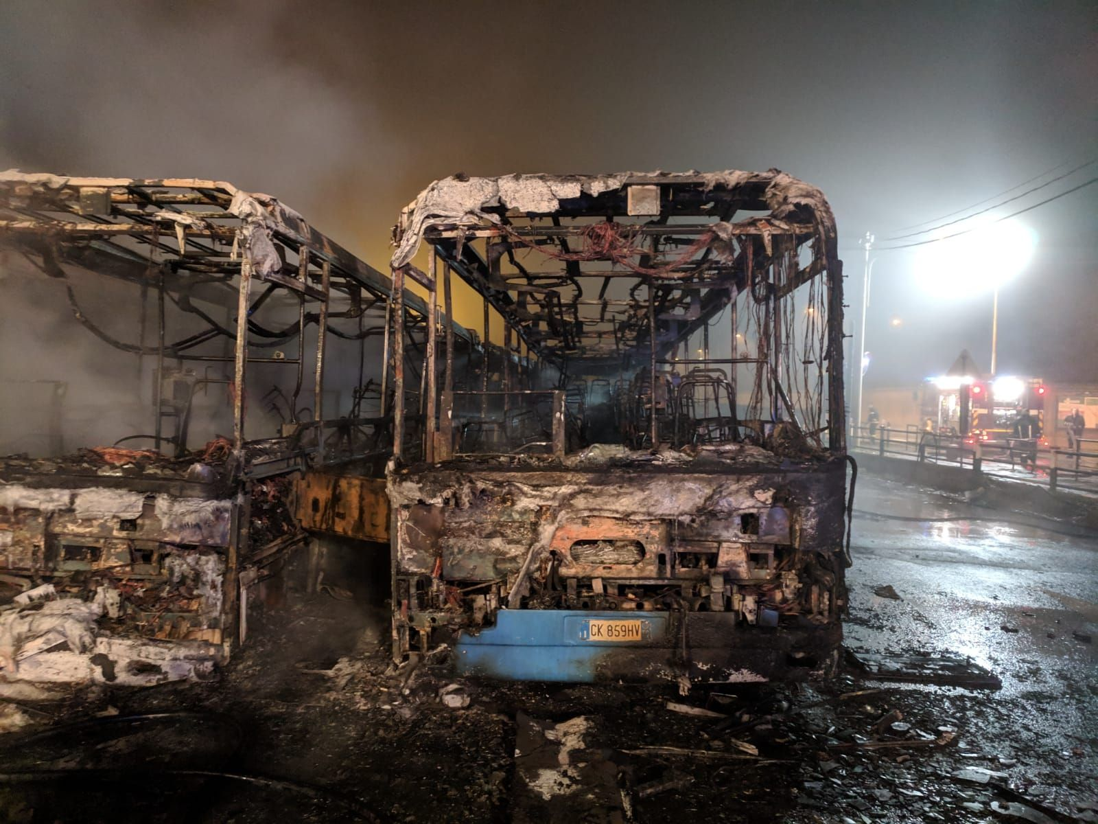 CIRIE' - Incendio doloso devasta i bus: sospetto piromane portato in caserma dai carabinieri - FOTO E VIDEO