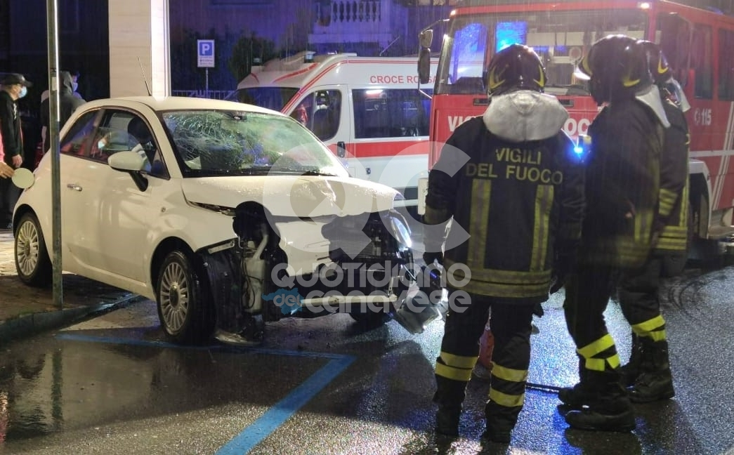 RIVAROLO CANAVESE - Perde il controllo dell'auto e si schianta contro il cancello di una palazzina - FOTO e VIDEO