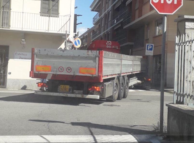 RIVAROLO - Incrocio stretto, camion incastrato: traffico in tilt