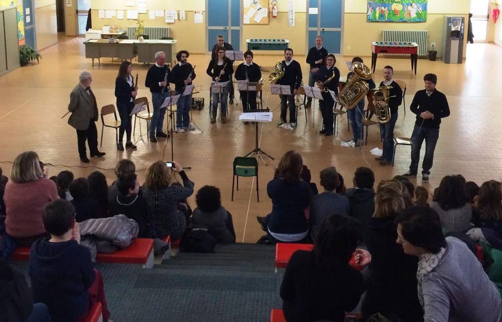 FORNO - A scuola con «Pierino e il Lupo» e la Filarmonica Fornese
