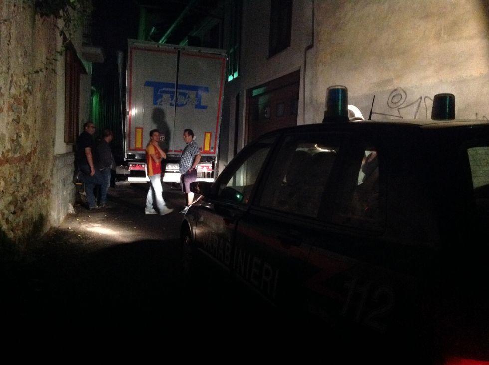 FAVRIA - Camion abbatte un balcone e resta incastrato tra le case del centro - FOTO e VIDEO