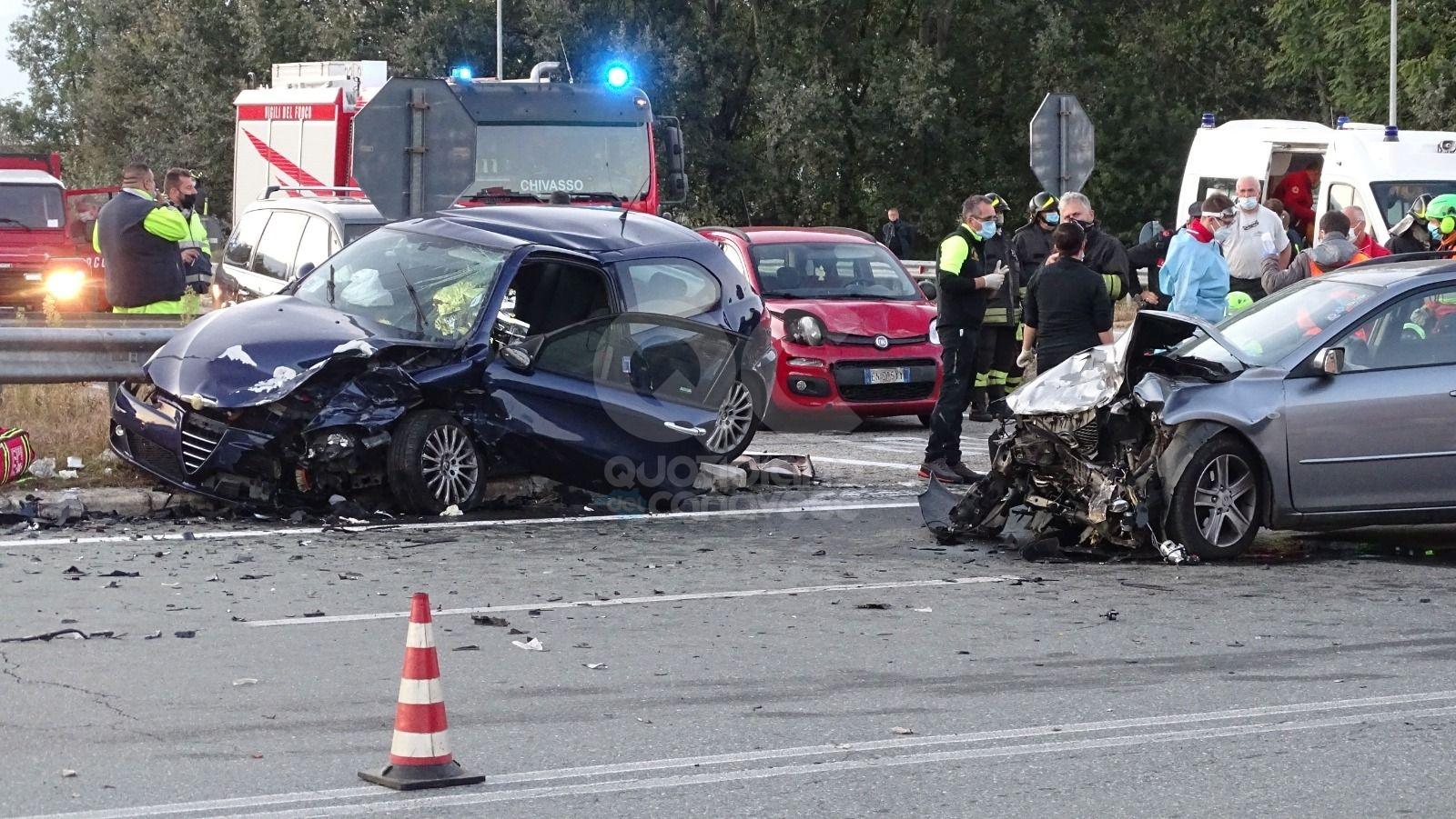 VOLPIANO - Terribile scontro tra auto in via Torino: tre feriti, due vetture distrutte - FOTO