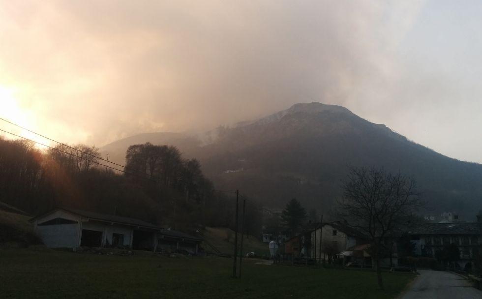 VICO CANAVESE-TRAUSELLA - Incendio devasta i boschi dell'alta Valchiusella. Caccia ai piromani - FOTO
