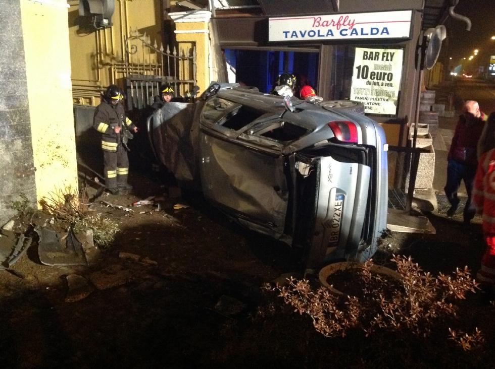 CASTELLAMONTE - Esce di strada e finisce con l'auto nel dehors di un bar - FOTO e VIDEO