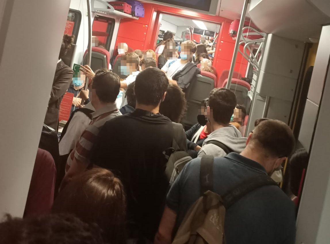 IVREA - Pendolari uno sopra l'altro sul treno per Torino: nessun controllo delle norme anti covid