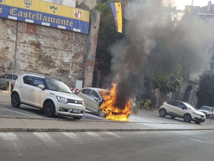 CASTELLAMONTE - Auto prende fuoco sotto palazzo Botton - VIDEO