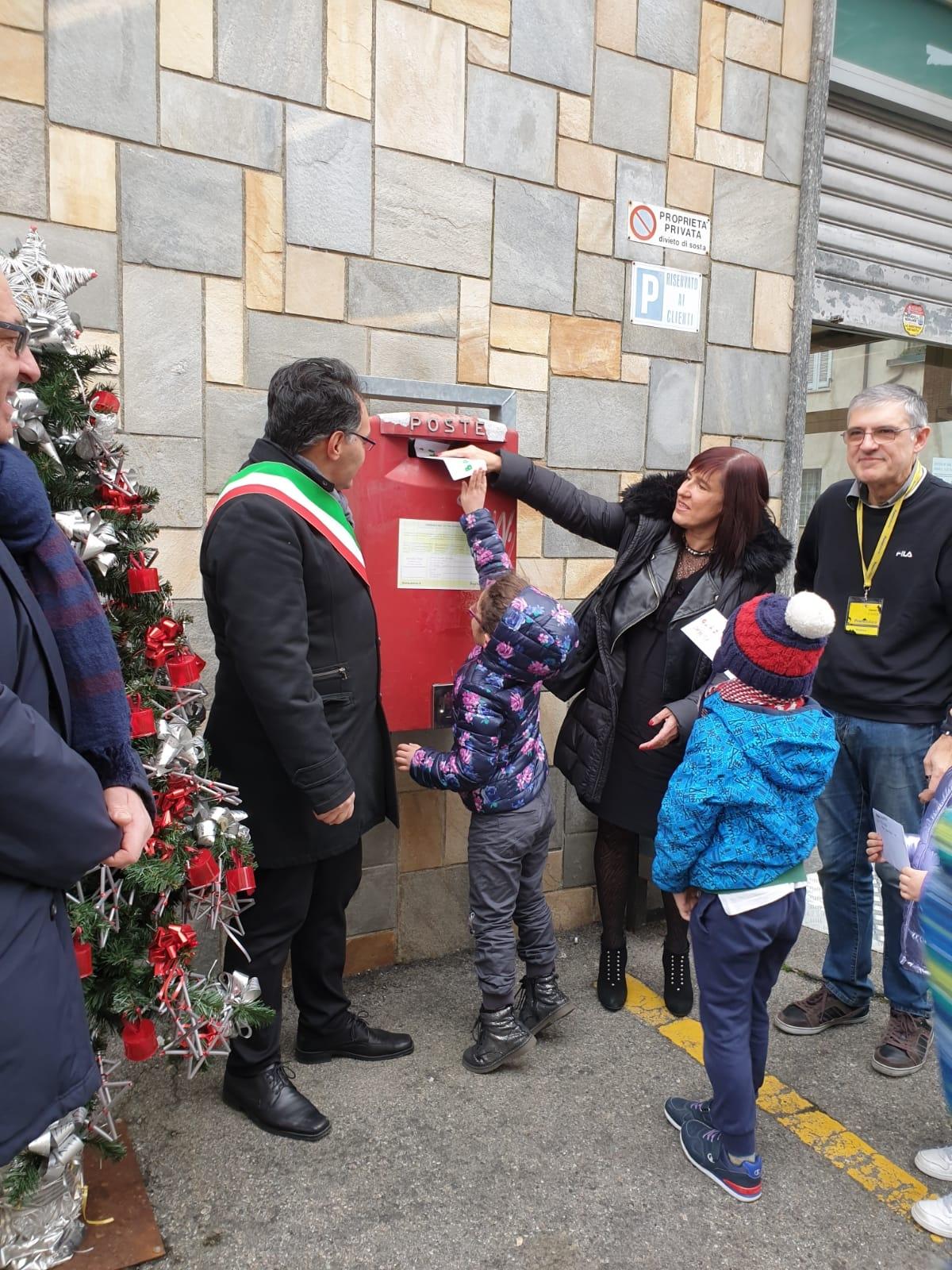 RONDISSONE - Caro Babbo Natale... I bimbi scrivono e imbucano le letterine all'ufficio postale