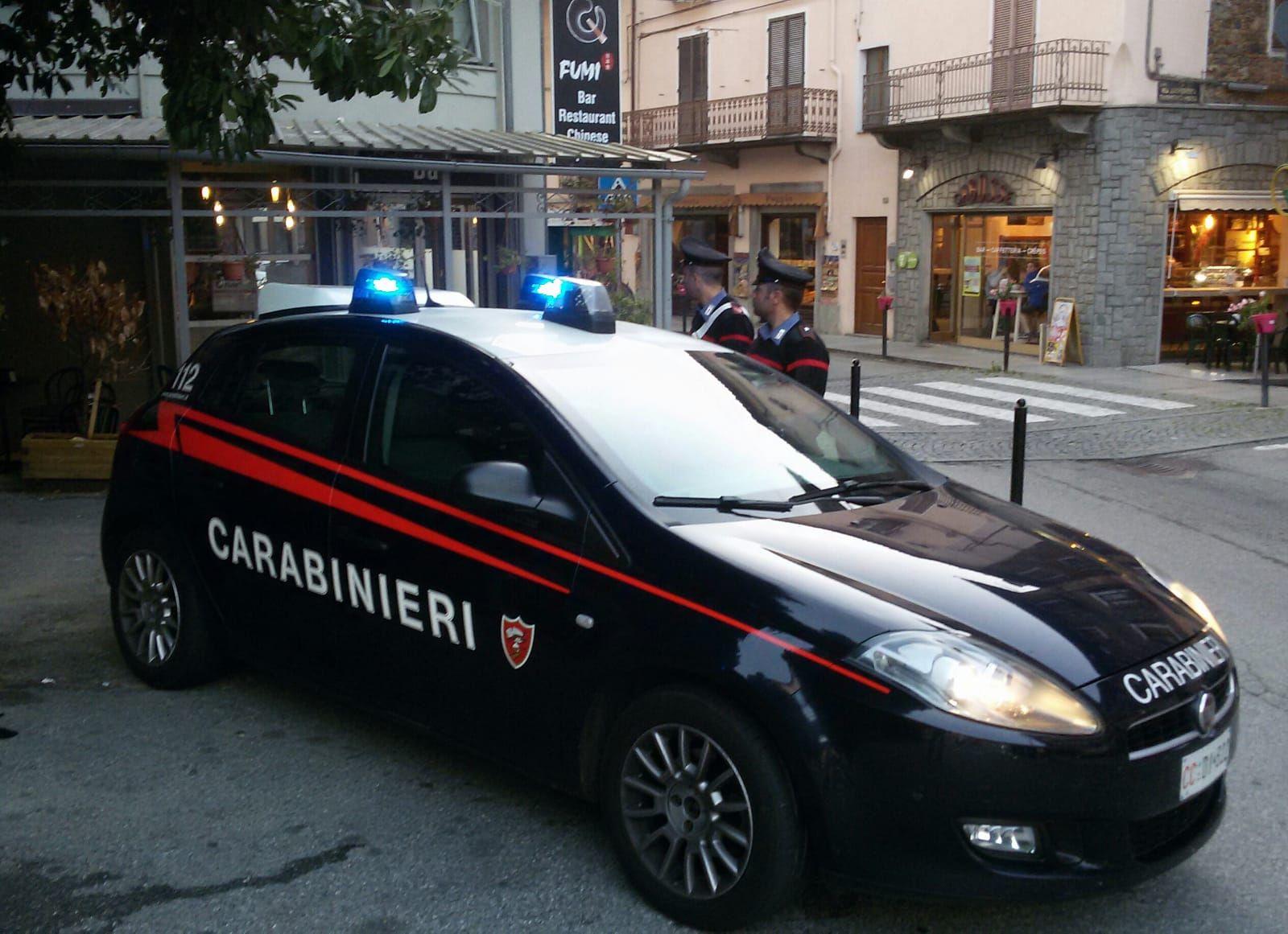 CASTELLAMONTE - Calci e pugni ai clienti del ristorante: 23enne arrestato dai carabinieri in pieno centro
