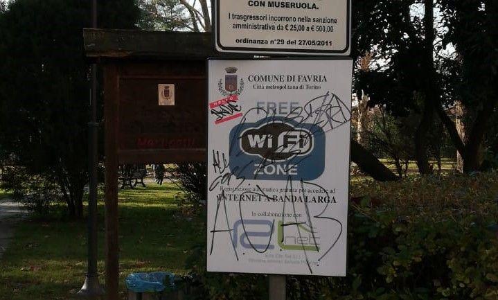 FAVRIA - Vandali di fronte al municipio: scritte contro le forze dell'ordine