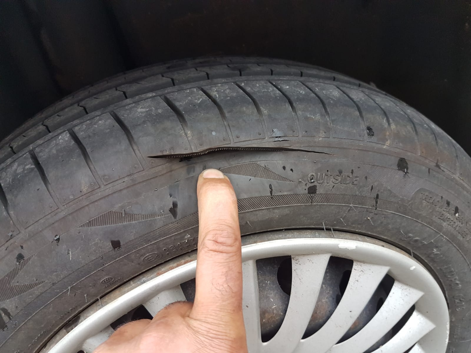 PIVERONE - Niente elemosina: fedele taglia le gomme all'auto del parroco. Ora va a processo per tentata estorsione e danneggiamento