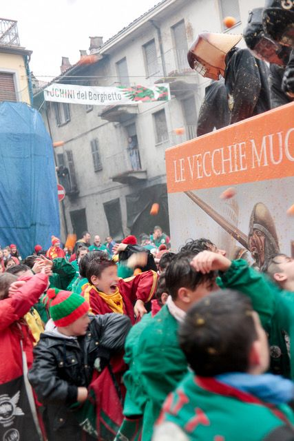 CARNEVALE DI IVREA - Battaglia delle arance: i piccoli aranceri tireranno in piazza Ferrando