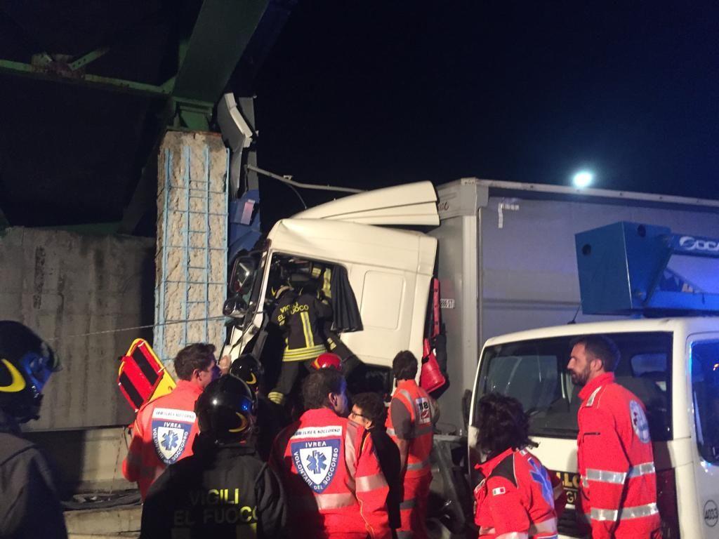 IVREA-SANTHIA' - Camion si schianta contro un ponte: autista grave in ospedale - FOTO