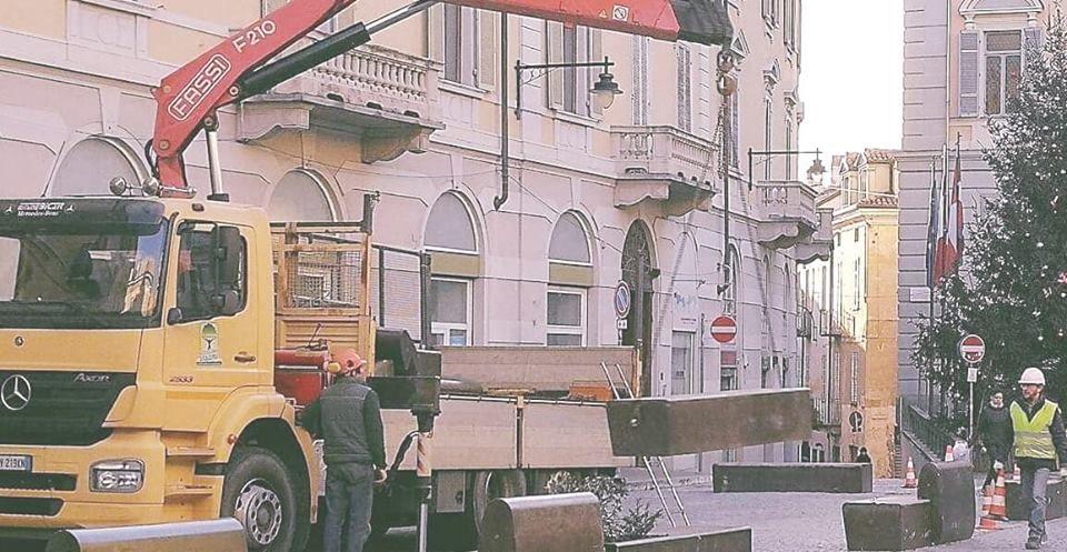 IVREA - Rimosse le «panchine-bara» in piazza di Città