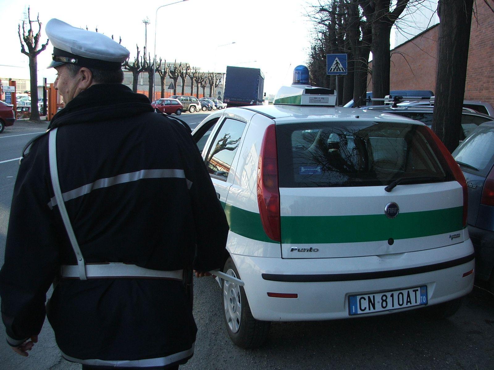 BORGARO - Vigilessa aggredita mentre tenta di elevare una multa