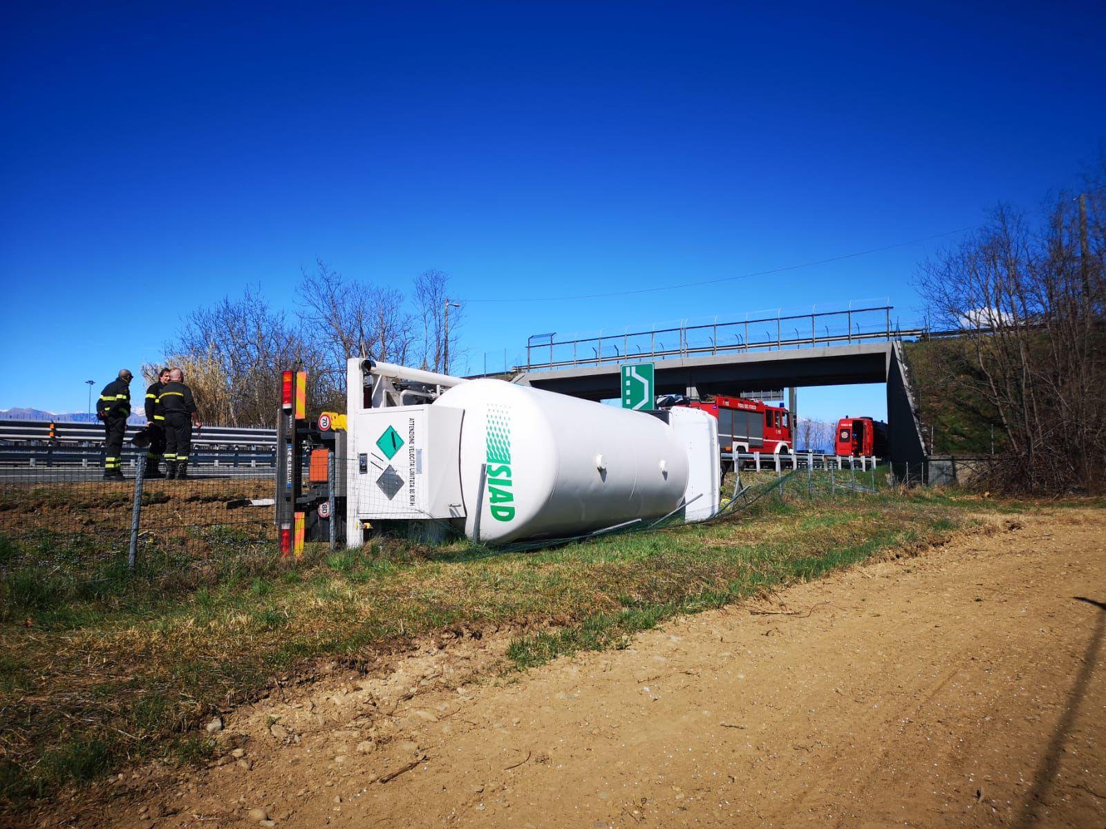 AUTOSTRADA TORINO-AOSTA - Cisterna piena di azoto liquido si ribalta subito dopo lo svincolo di Volpiano - FOTO