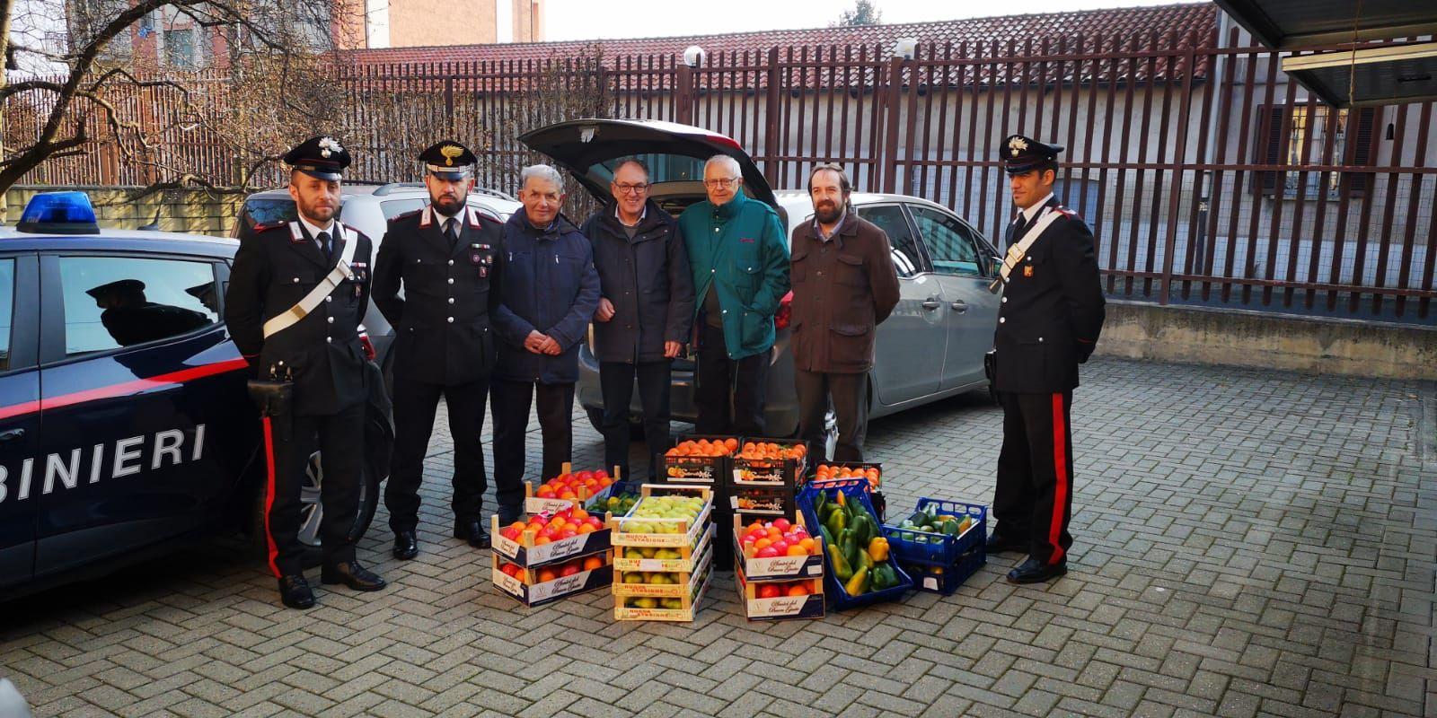 CASELLE - Maxi multa agli ambulanti abusivi: i carabinieri donano frutta e verdura alla Caritas - FOTO