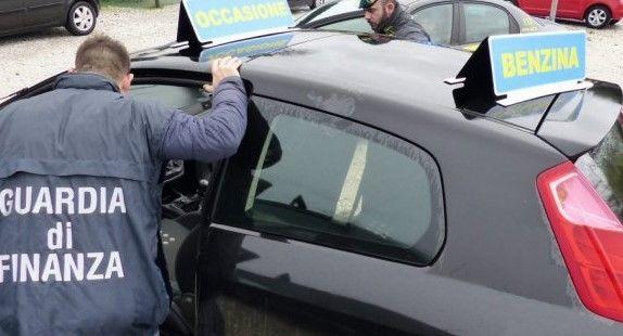 CASTELLAMONTE - Vende auto col contachilometri taroccato a un disabile che lo denuncia