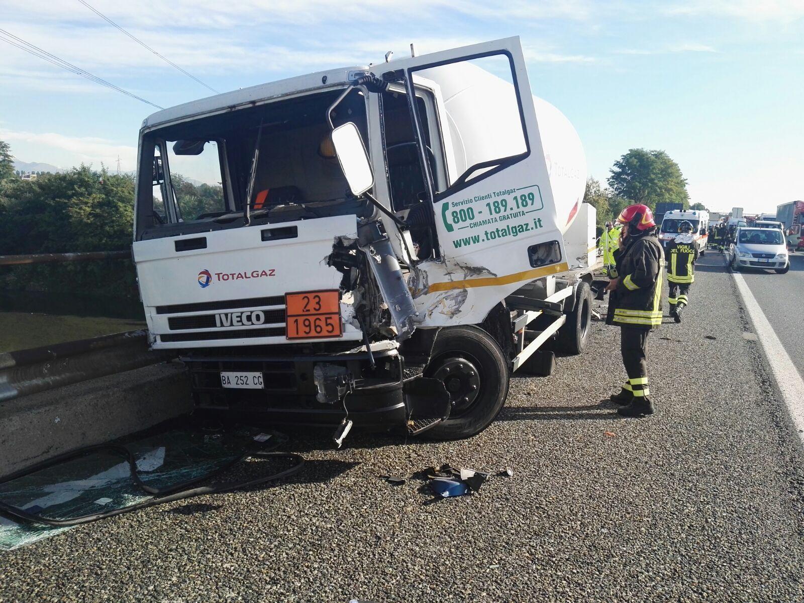 BORGARO-TORINO - Incidente stradale: scontro tra una cisterna, un camion e due auto. Tangenziale in tilt - FOTO