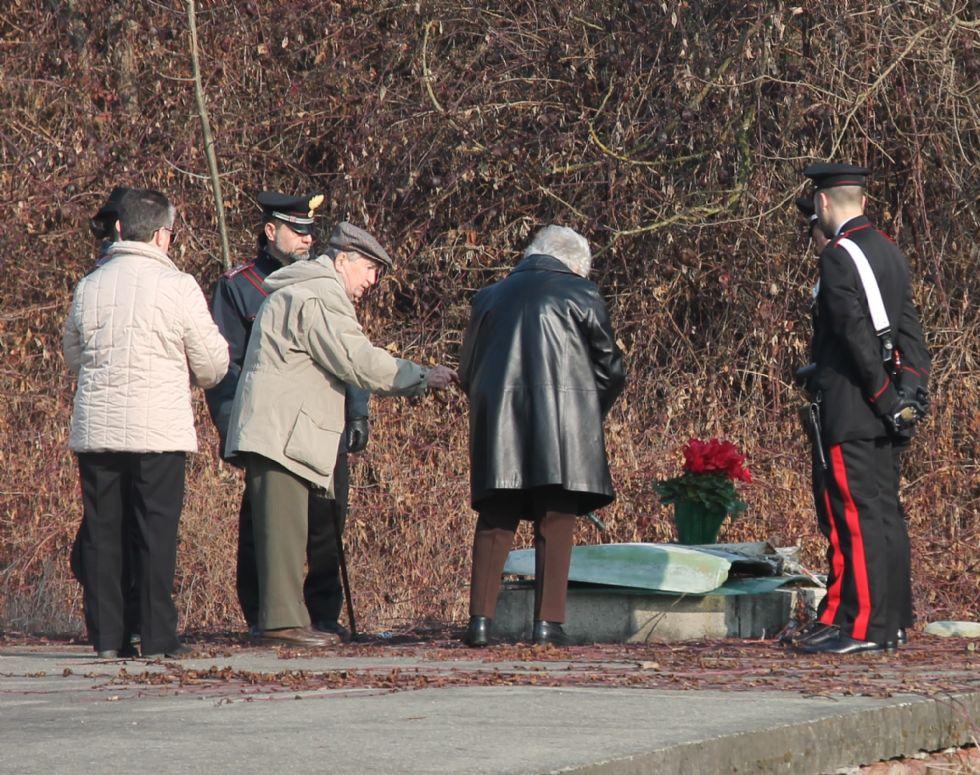 OMICIDIO DI CASTELLAMONTE - Una preghiera e un mazzo di fiori rossi per ricordare la povera Gloria - VIDEO