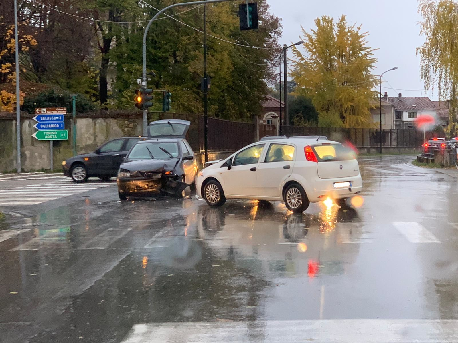 FAVRIA - Un altro incidente stradale al «solito» semaforo - FOTO