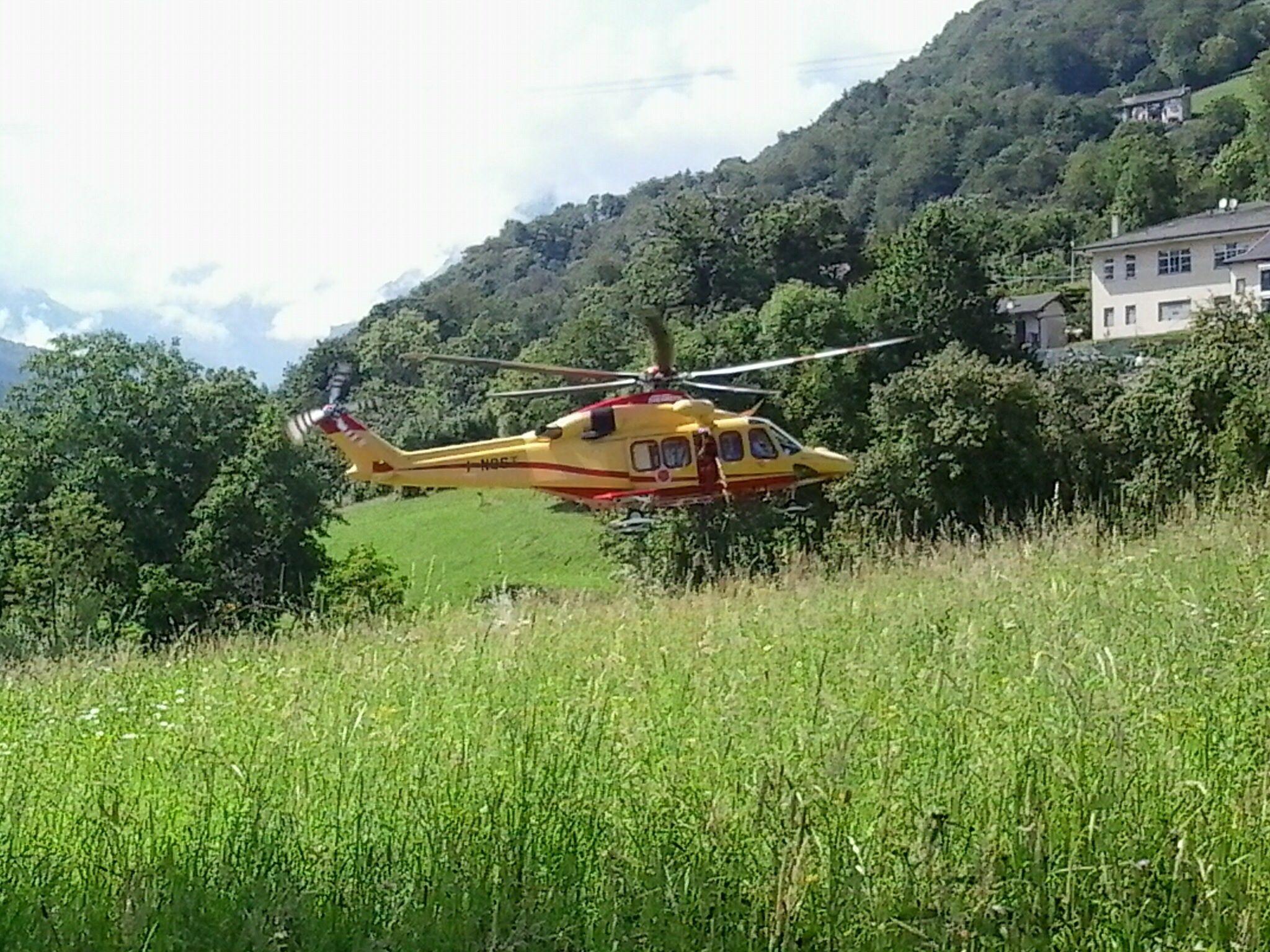 COLLERETTO CASTELNUOVO - Precipita con il parapendio nel giardino di una casa: trasportato con l'elicottero al Cto