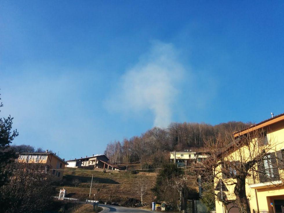 CASTELLAMONTE - Vegetazione in fiamme sopra Sant'Anna Boschi