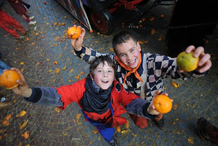 CANAVESE - La battaglia delle arance con le palline di spugna