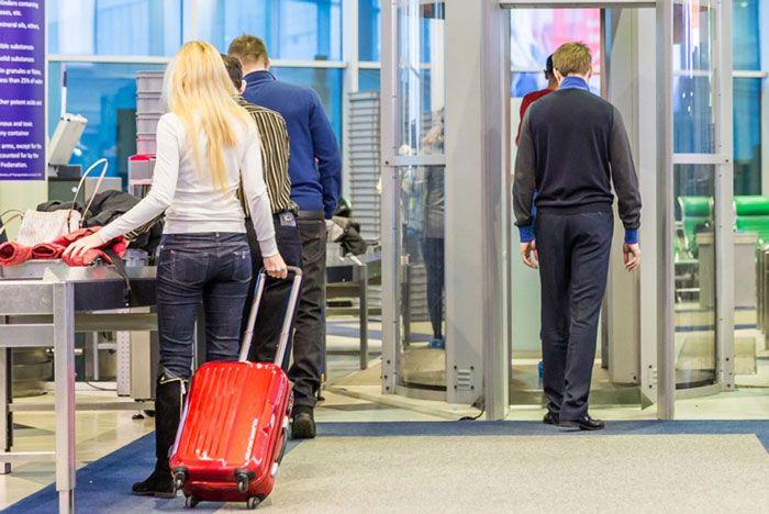 CASELLE - La variante Delta inizia a fare paura: stretta sui turisti, più controlli negli aeroporti