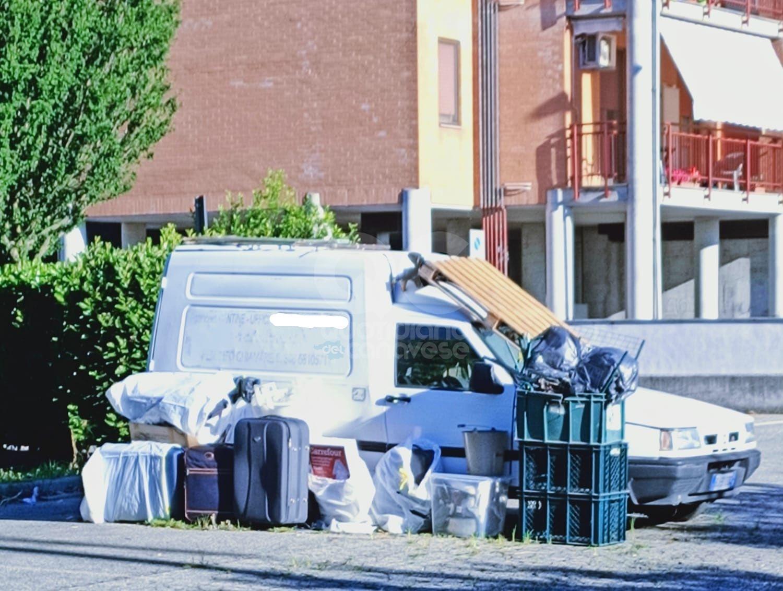 IVREA - L'area parcheggio utilizzata per abbandonare mezzi e rifiuti: l'allarme dei residenti - FOTO