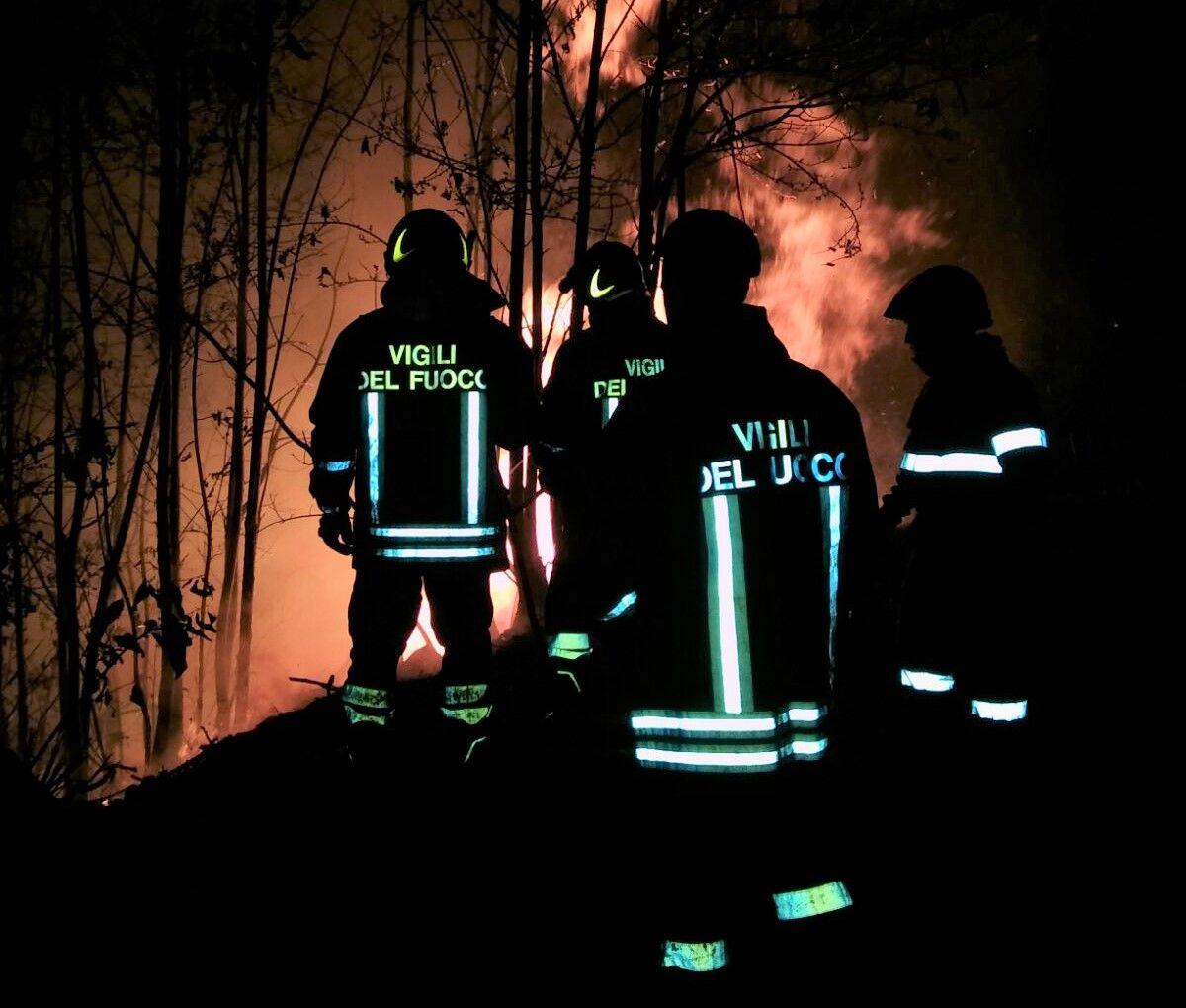 CANAVESE - Allarme ad Ivrea per un vasto incendio boschivo: vigili del fuoco e Aib al lavoro