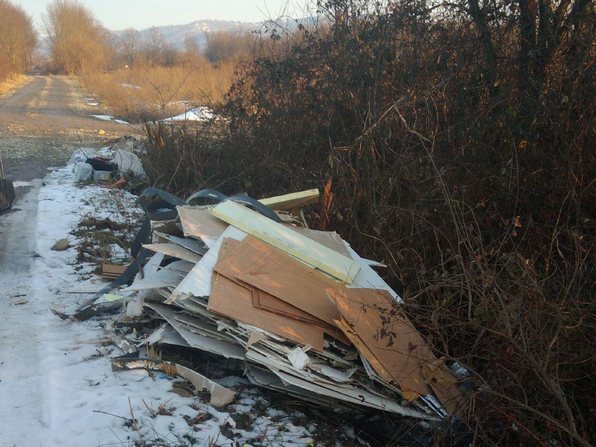 VOLPIANO - Beccato mentre scarica rifiuti: multa di 3500 euro