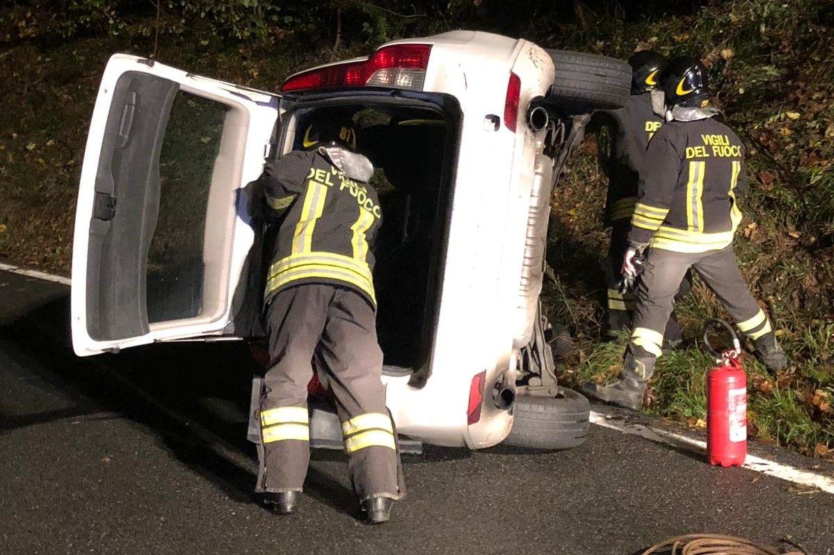 LESSOLO - Incidente stradale sulla Sp 68: auto finisce su un fianco