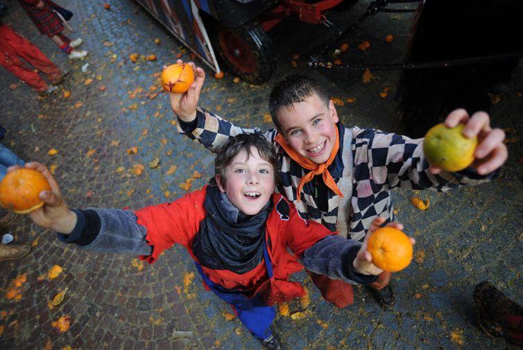 IVREA - Carnevale: in piazza Ferrando la battaglia dei piccoli