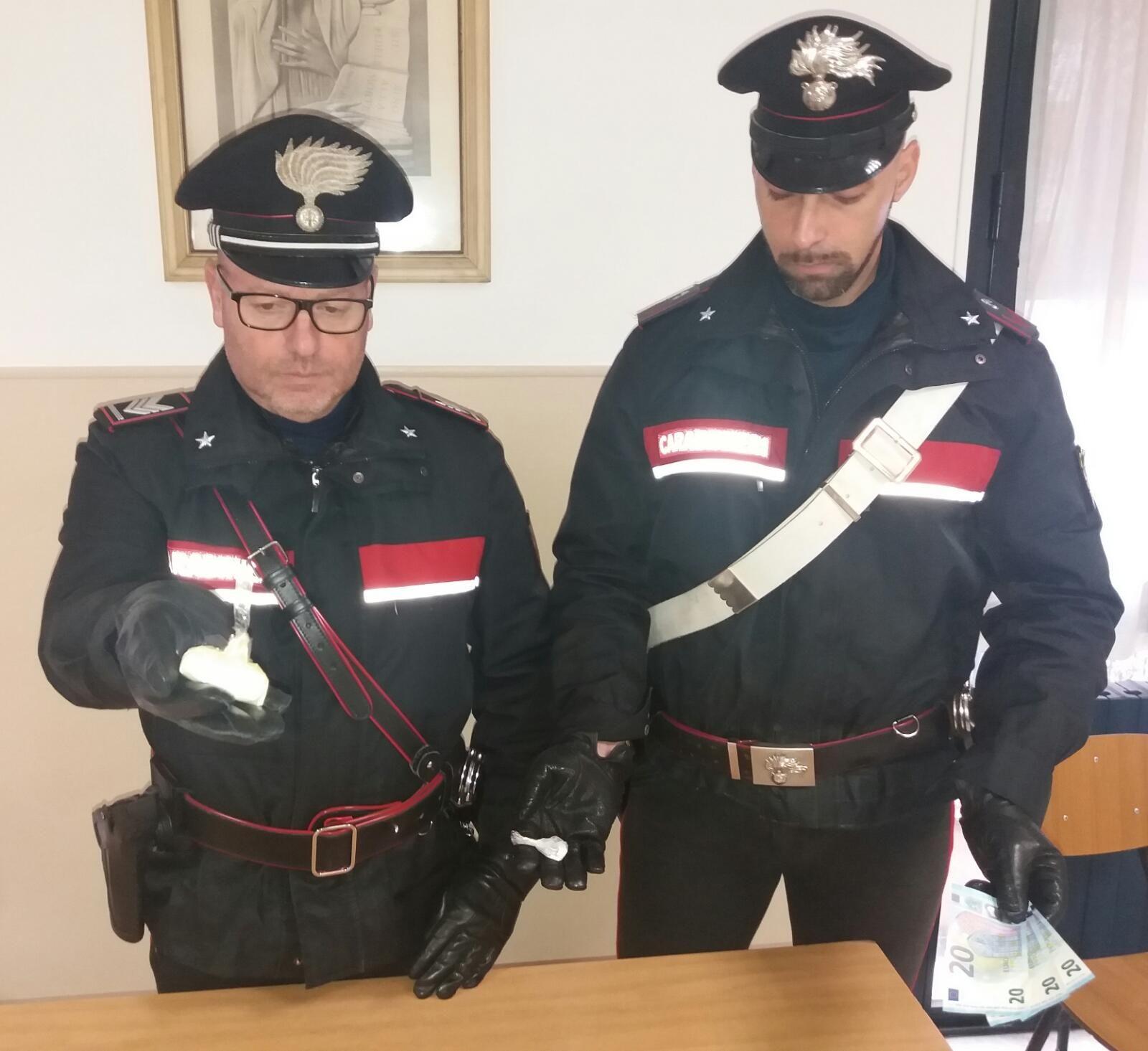 VALPERGA-CUORGNE' - Lancia la cocaina dal finestrino dell'auto: inseguito e arrestato dai carabinieri