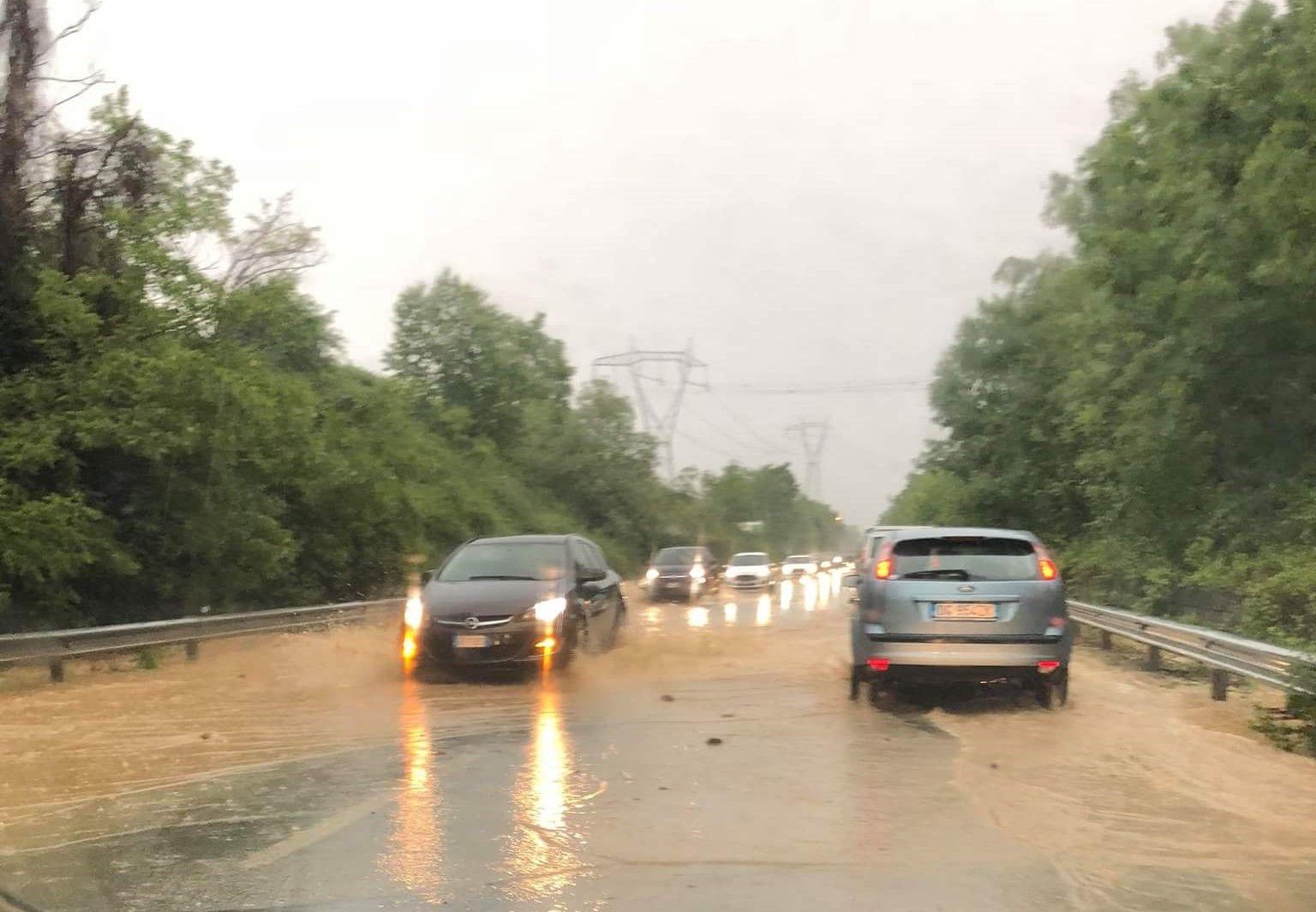 LEINI-LOMBARDORE - Piove a dirotto, la 460 diventa un fiume