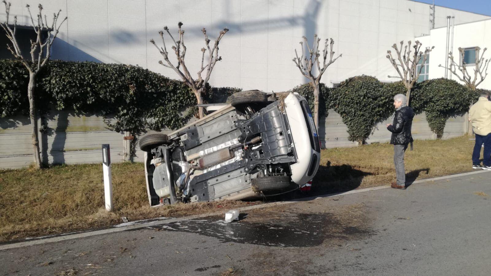 VALPERGA - Incidente stradale: auto ribaltata e un ferito - FOTO