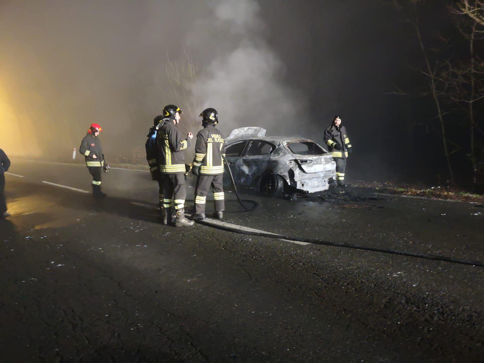 LOMBARDORE - Auto va a fuoco durante la marcia: automobilista in salvo