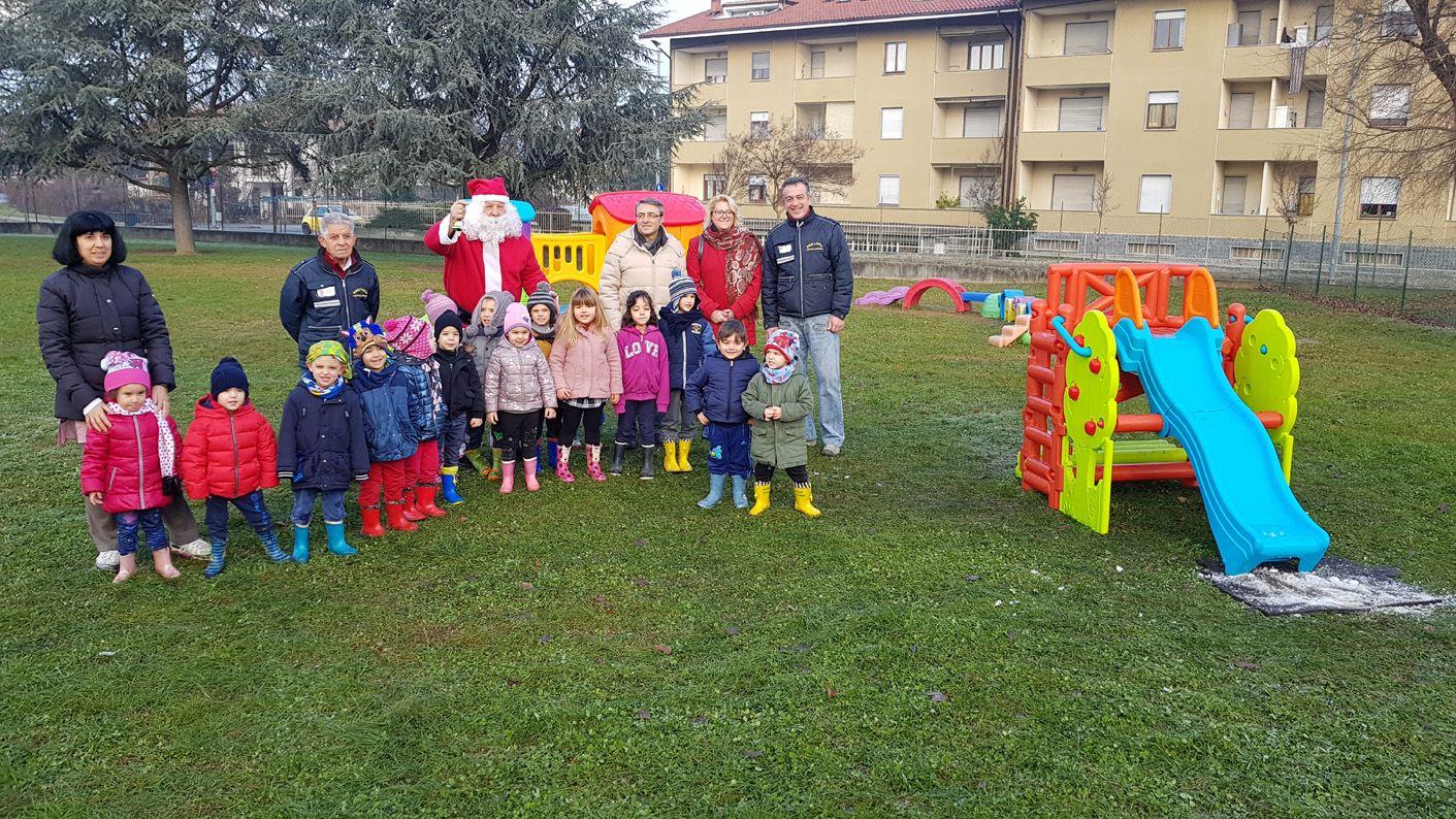 CASTELLAMONTE - Babbo Natale più forte dei vandali: in dono all'asilo i giochi per i bambini - FOTO