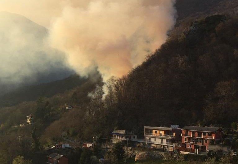 PONT CANAVESE - Incendio boschivo, le fiamme vicine alle case: vigili del fuoco e Aib al lavoro - FOTO