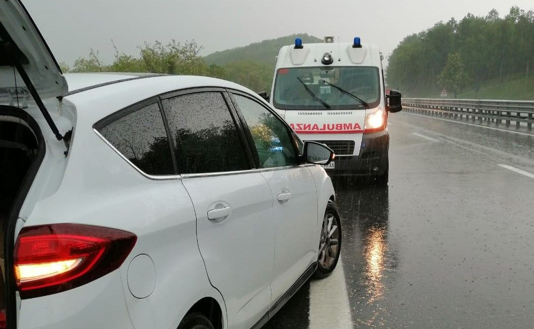 SCARMAGNO - Incidente in autostrada: auto si schianta due volte