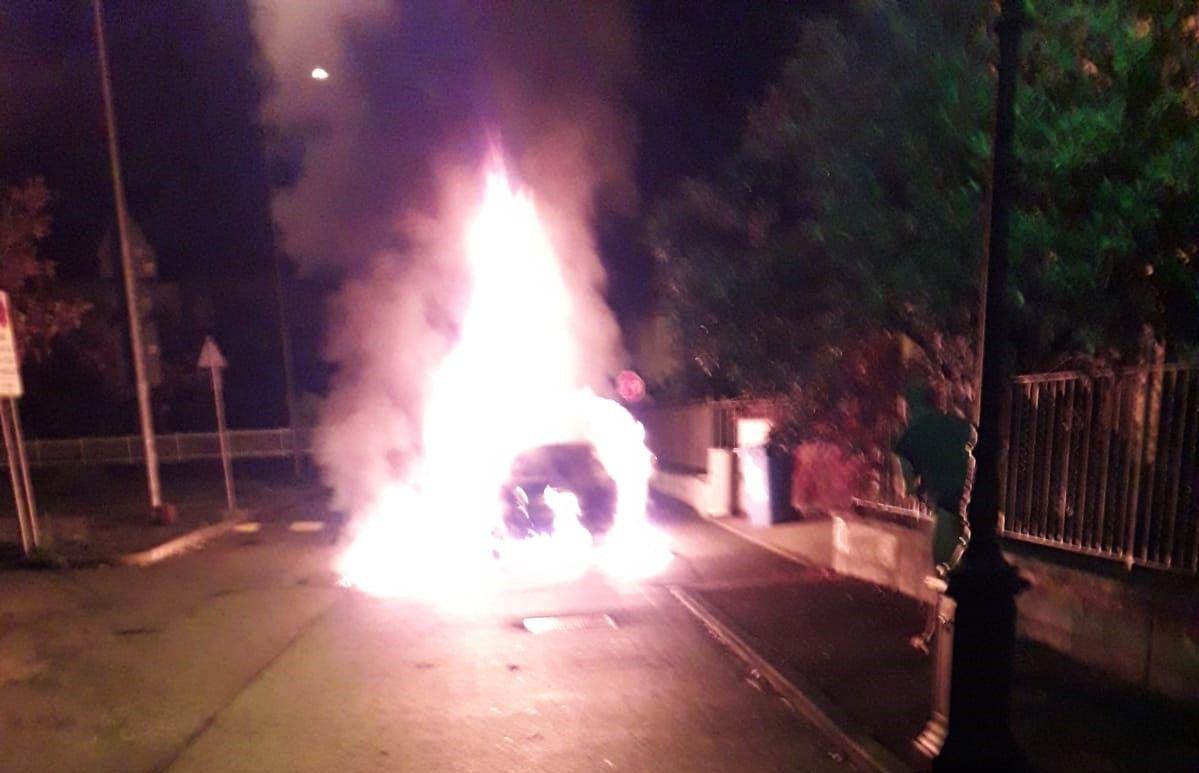 CASTELLAMONTE - Auto a fuoco, pompieri domano il rogo - FOTO