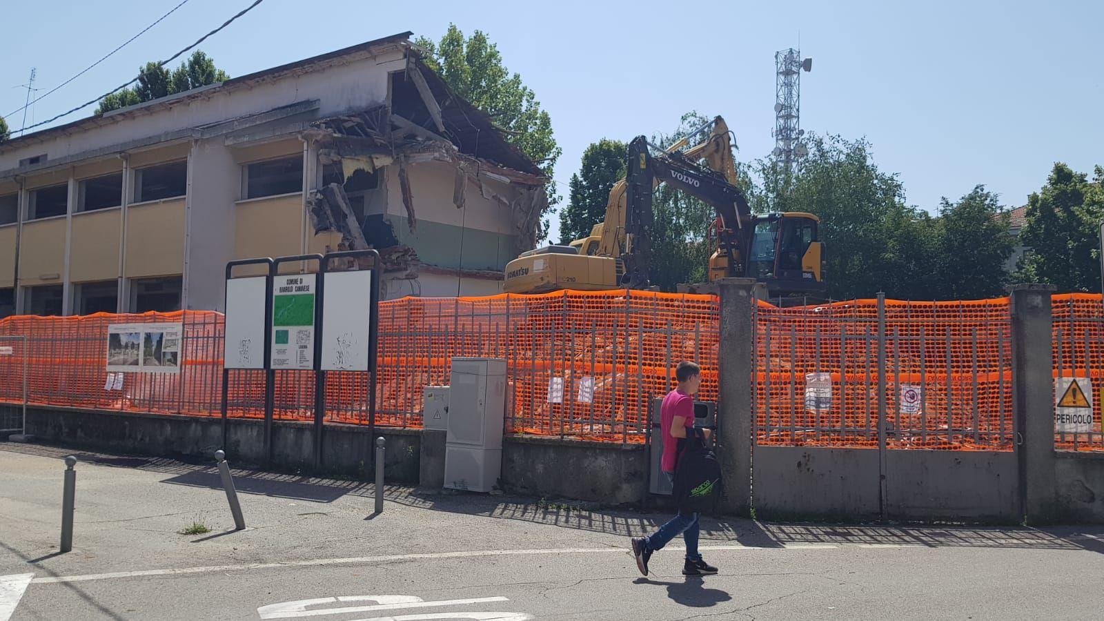 RIVAROLO - Procede l'abbattimento della scuola elementare