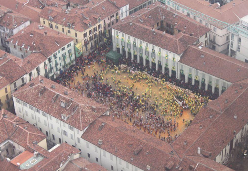 IVREA - Anche i migranti danno una mano per il Carnevale