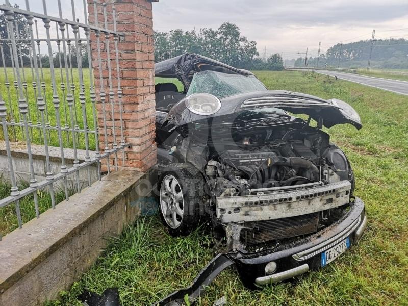 SAN BENIGNO - MINI esce di strada e si schianta contro un muro di cinta