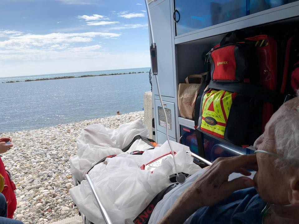 IVREA - «Posso vedere il mare per l'ultima volta?»: l'ambulanza si ferma sulla spiaggia