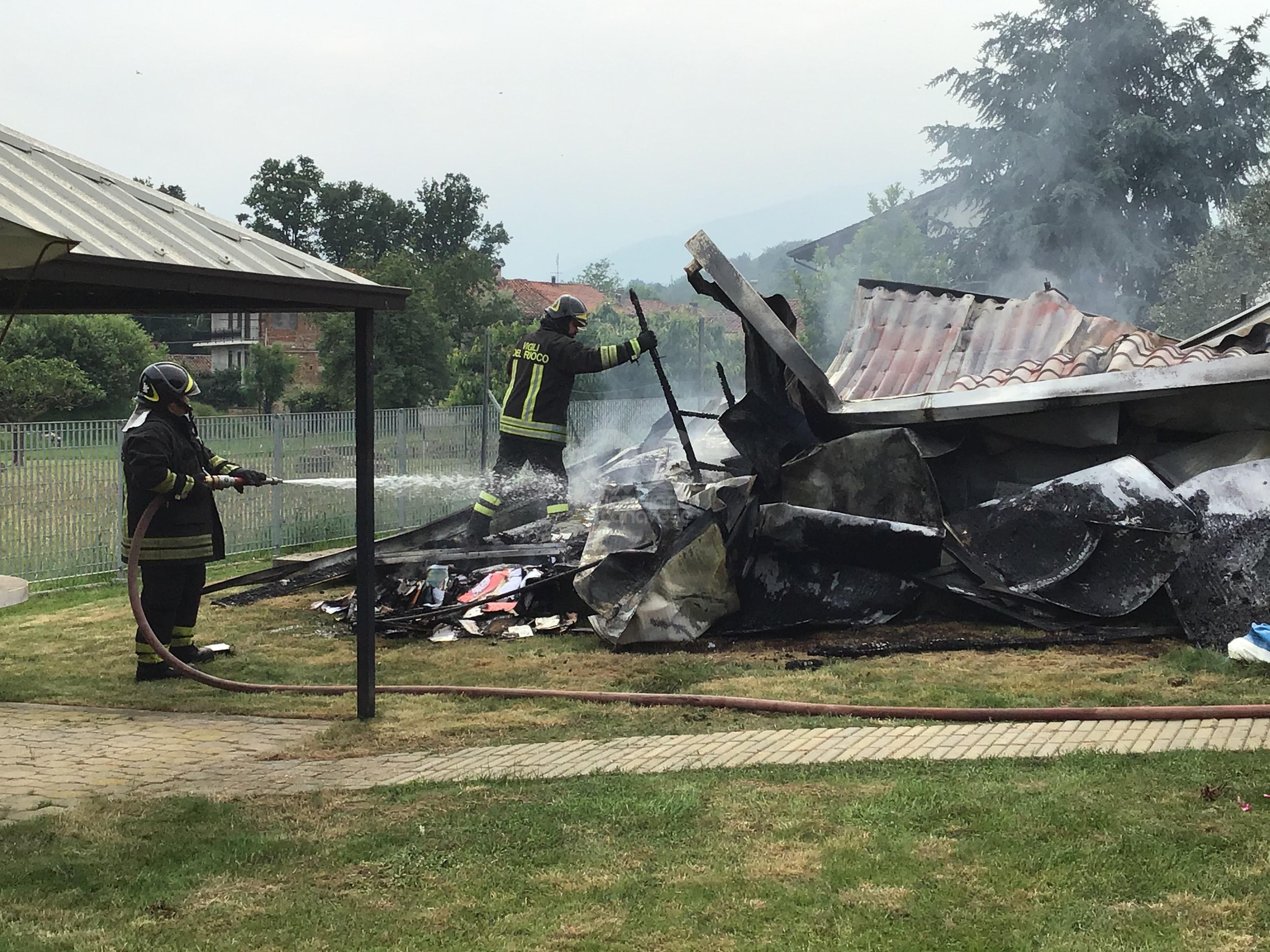 CASTELLAMONTE - Auto a fuoco, crolla il garage. Intervento dei vigili del fuoco - FOTO e VIDEO