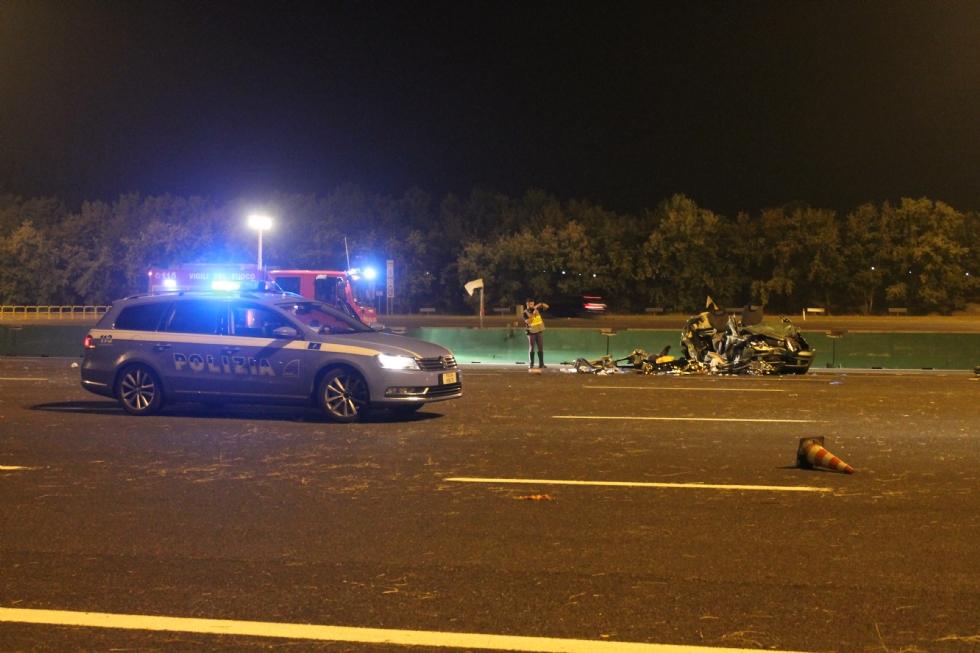 AUTOSTRADA TORINO-MILANO - Due morti: camion pirata travolge auto. Famiglia distrutta - VIDEO e FOTO