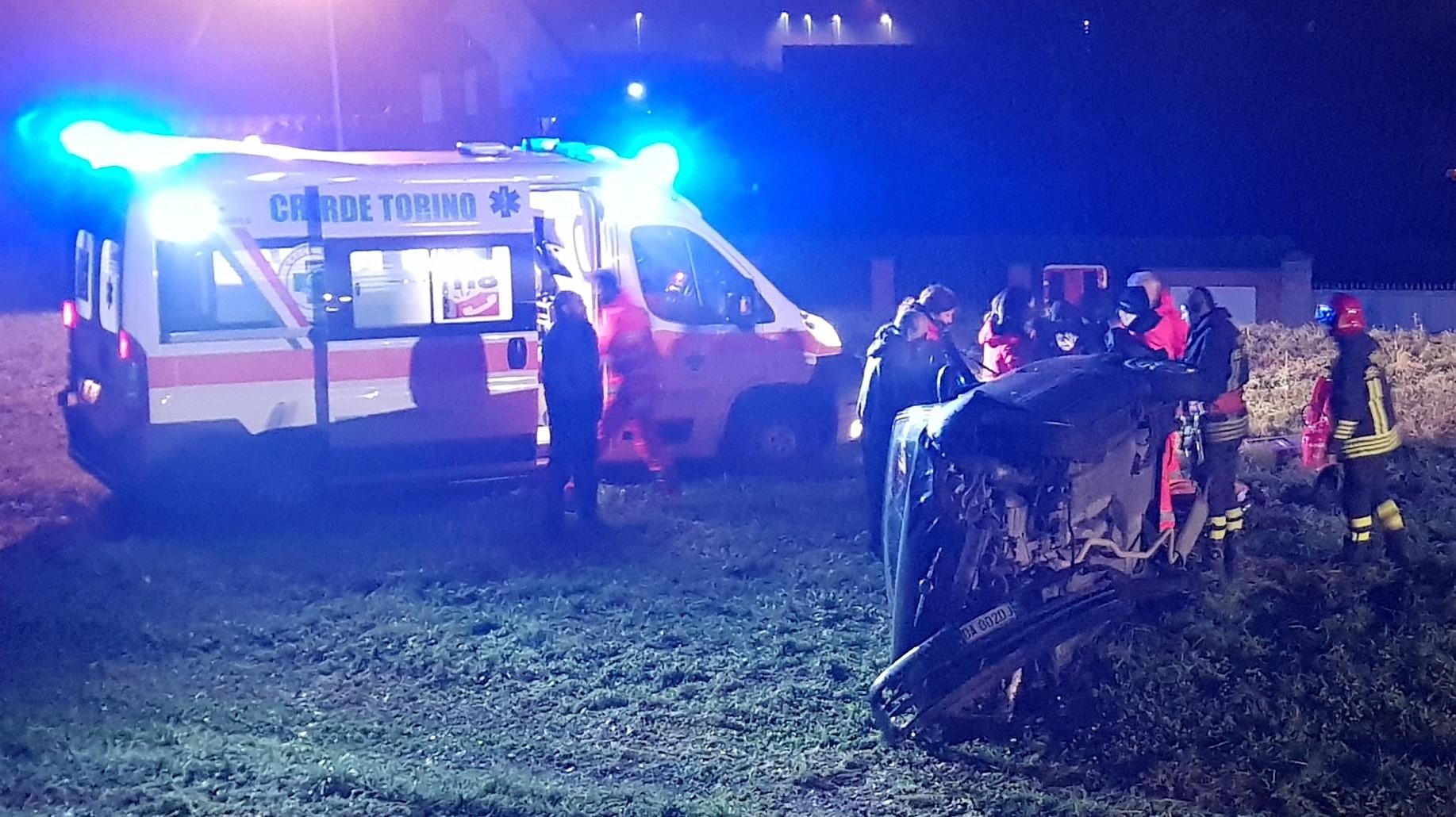 FRONT CANAVESE - Incidente stradale, auto precipita nella scarpata: ferita una donna di Rivarolo - FOTO E VIDEO